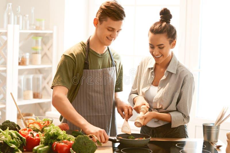 Het houdende van paar bereidt de juiste maaltijd voor stock fotografie