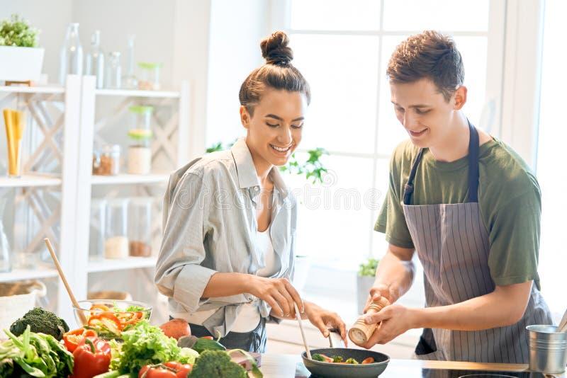 Het houdende van paar bereidt de juiste maaltijd voor royalty-vrije stock fotografie