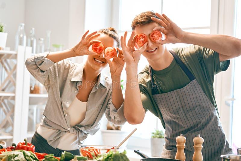 Het houdende van paar bereidt de juiste maaltijd voor royalty-vrije stock afbeelding