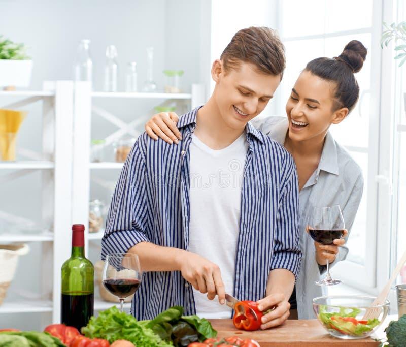 Het houdende van paar bereidt de juiste maaltijd voor stock afbeelding