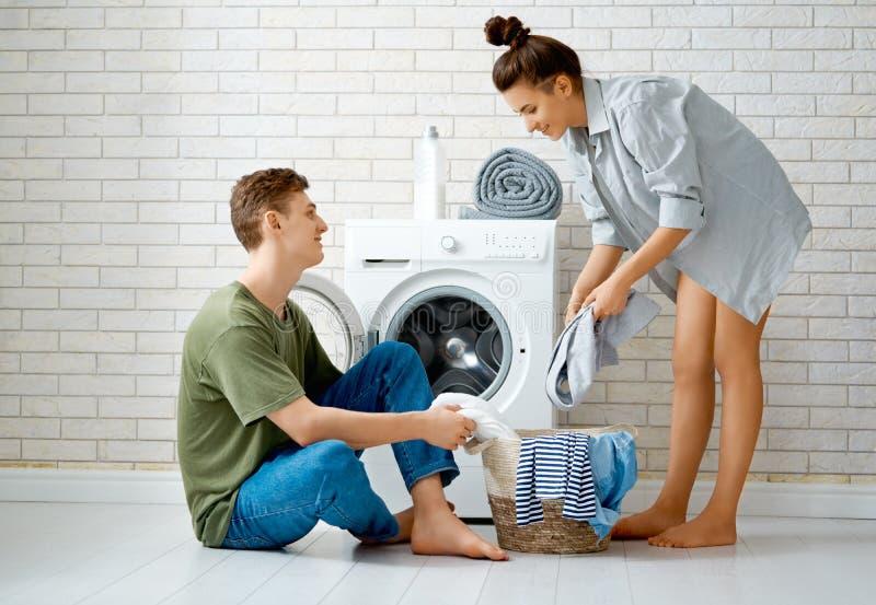 Het houdende van paar doet wasserij stock foto's