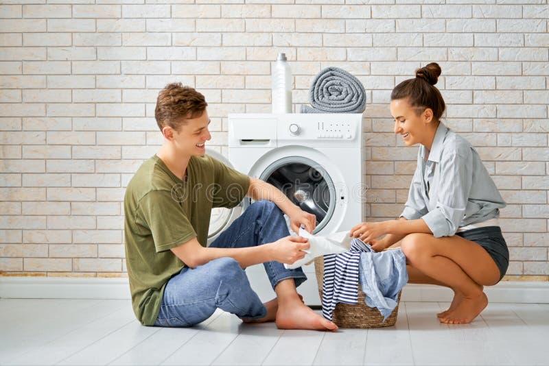 Het houdende van paar doet wasserij royalty-vrije stock afbeelding