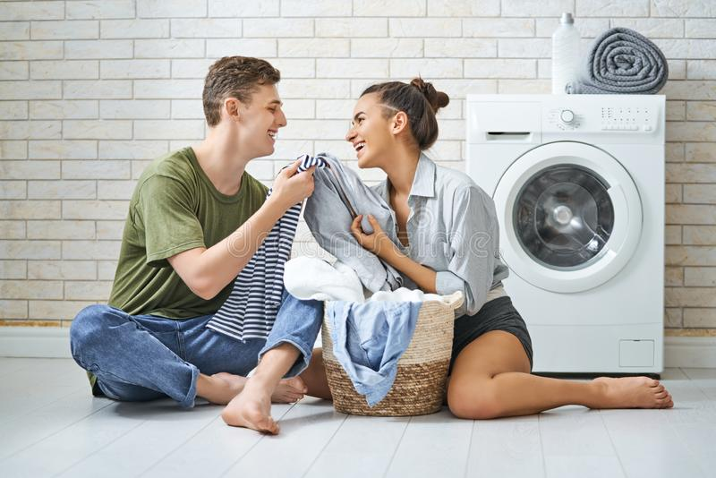 Het houdende van paar doet wasserij royalty-vrije stock afbeeldingen