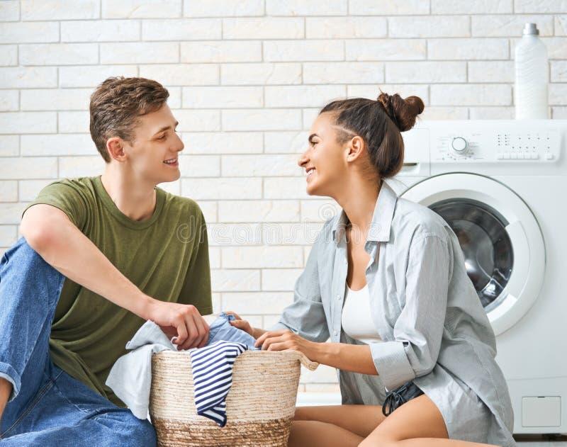 Het houdende van paar doet wasserij stock foto