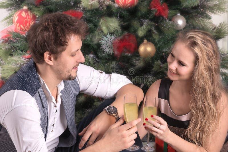 Het houdende van paar van jongeren ontmoet Nieuwjaar of viert Christus stock afbeelding