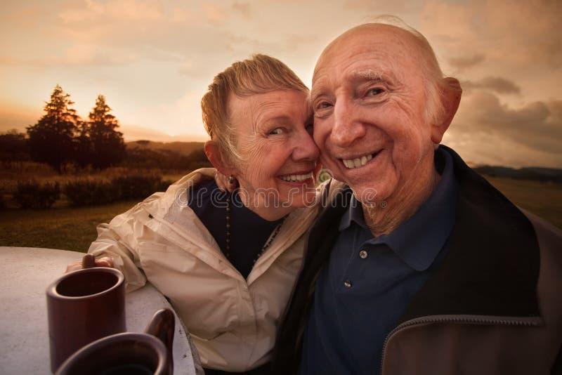 Het houdende van Rijpe Glimlachen van het Paar stock afbeelding