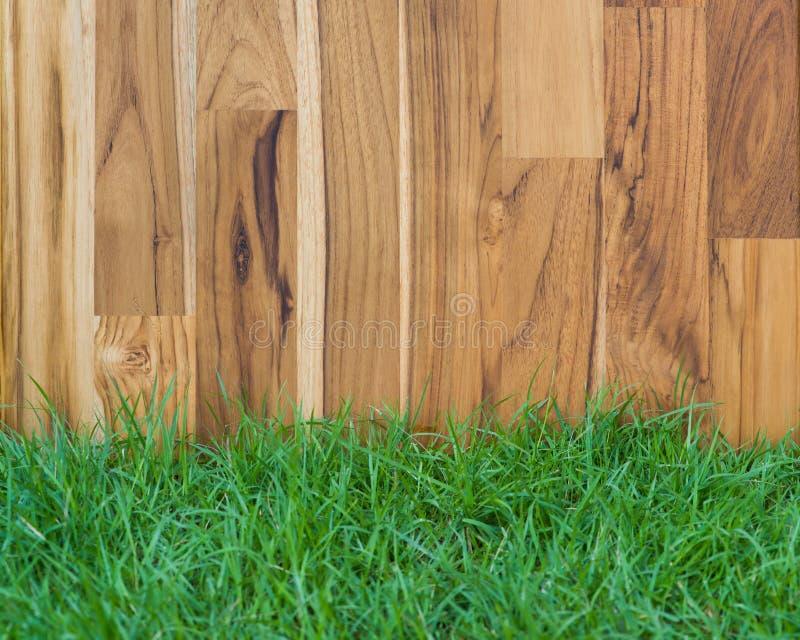 Het hout en het gras van de tuinomheining stock afbeeldingen