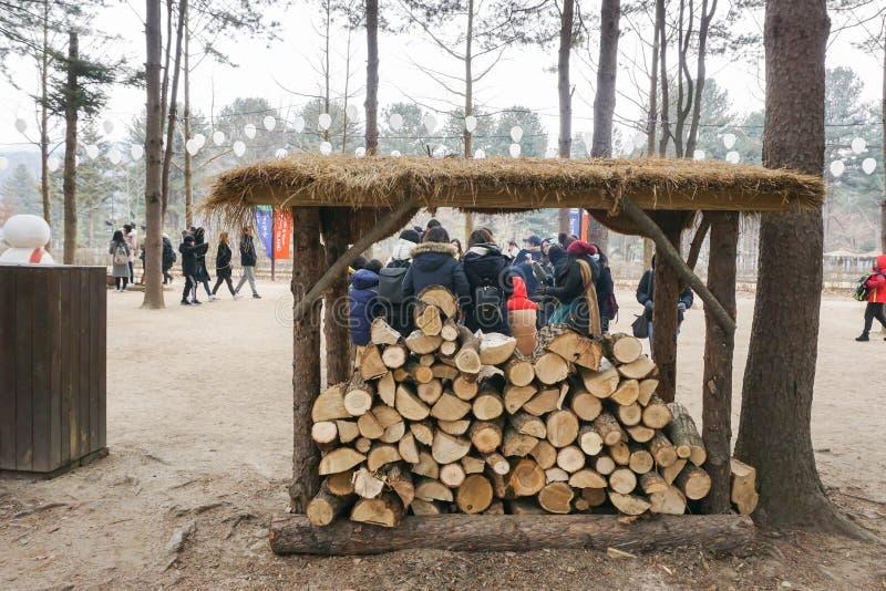 Het hout opent schuilplaats klaar voor het vlammen het programma om mensen in de winter warm te houden stock fotografie