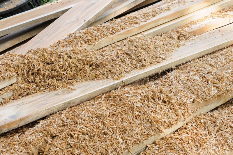 Het hout van de stapelteak in proces stock afbeeldingen