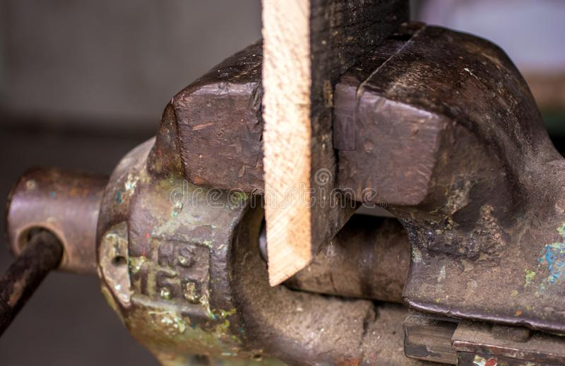 Het hout wordt vastgeklemd in de bankschroef royalty-vrije stock foto's