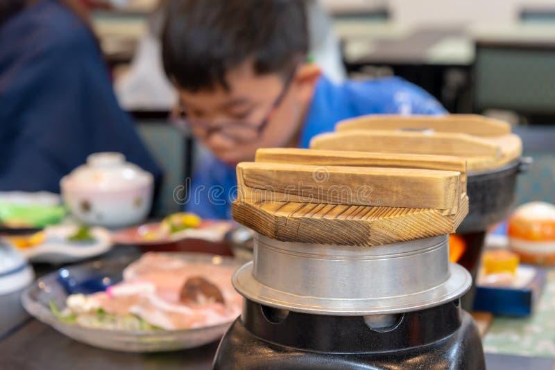 het houten deksel van de rijstpot in Japans restaurant royalty-vrije stock foto
