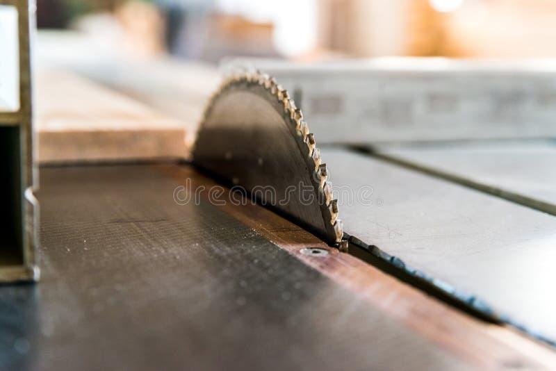 Het houten dichte omhooggaande proces van cirkelzaagbesnoeiingen royalty-vrije stock fotografie