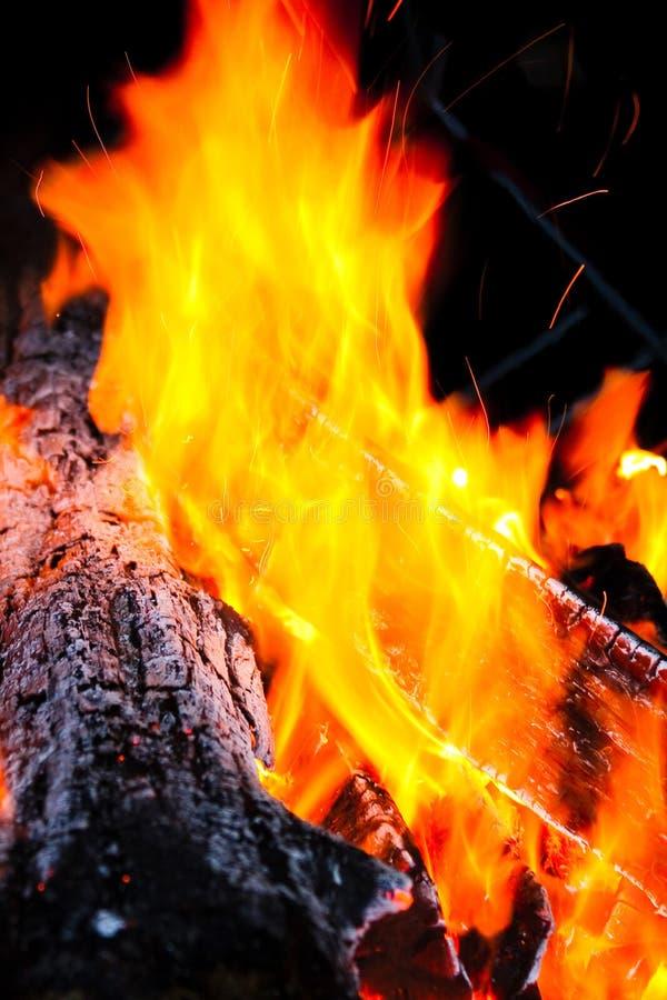 Het houten logboek branden met vlammen van brand stock foto's