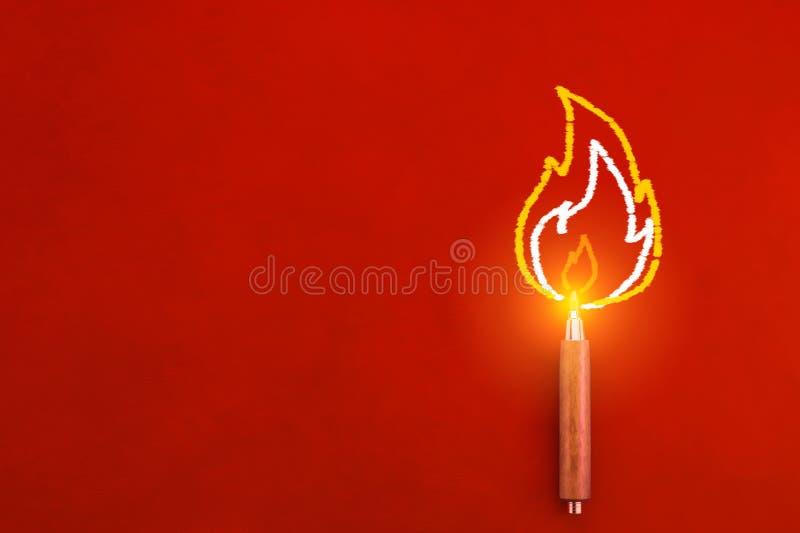 Het houten potlood met tekening van brand op de randinspiratie leidt tot royalty-vrije stock foto's