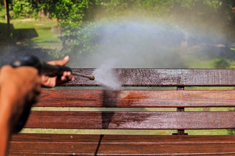 Het houten schoonmaken met de straal van het hoge drukwater stock afbeelding