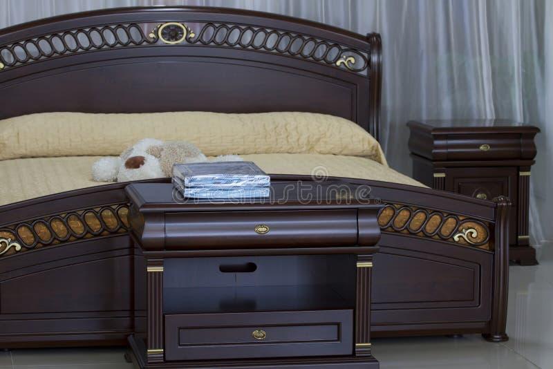Het houten slaapkamermeubilair. royalty-vrije stock afbeelding
