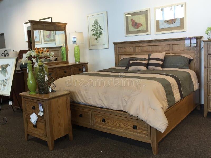 Het houten slaapkamermeubilair verkopen stock afbeelding