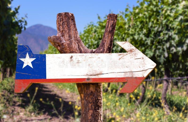 Het houten teken van Chili met wijnmakerijachtergrond stock foto