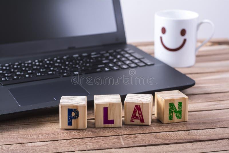 Het houten woord van het kubussenplan stock foto