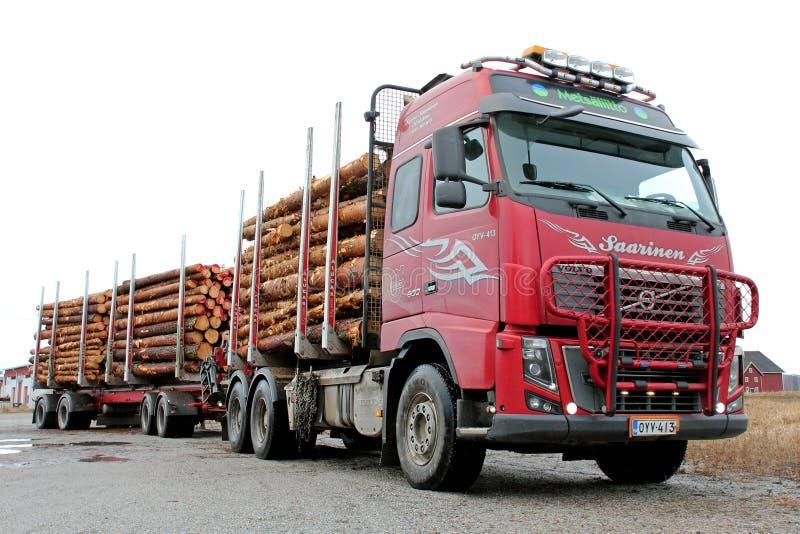 Het Houtvrachtwagen van Volvo FH met Volledige Lading stock afbeelding