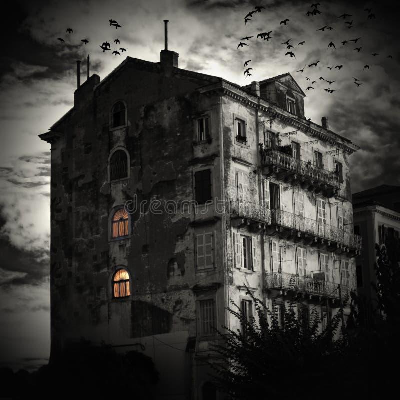 Het huis aan het eind van de weg royalty-vrije stock afbeeldingen