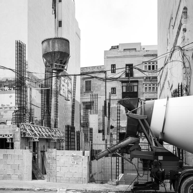 Het huis in aanbouw is aan de gang zijnde met de bouw van materiaal in de voorzijde, Julian St, Malta stock afbeelding