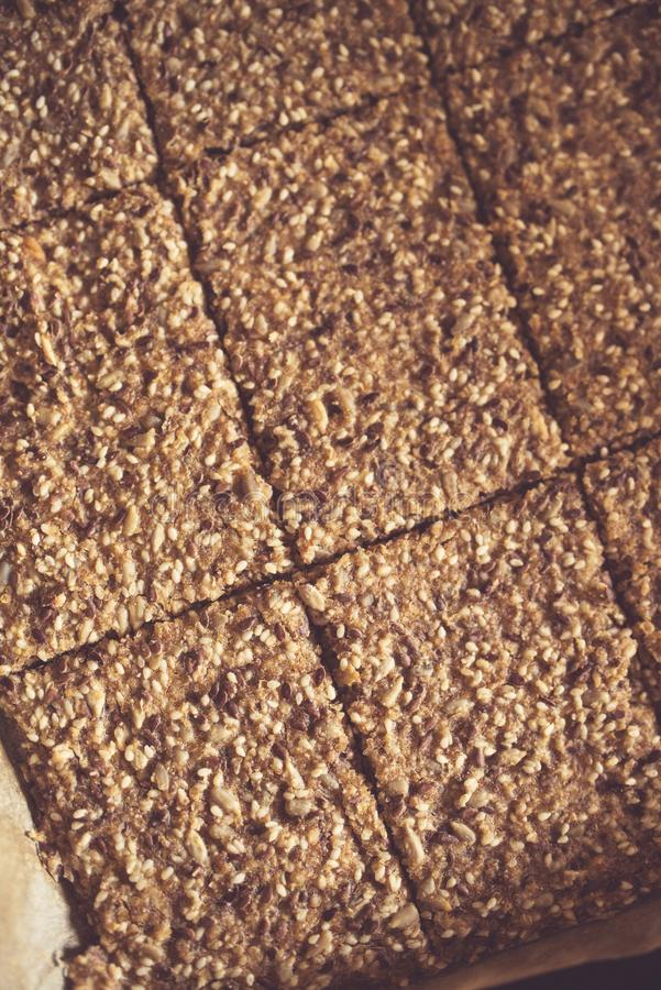 Het huis bakte kernachtig brood in het ovendienblad royalty-vrije stock afbeeldingen