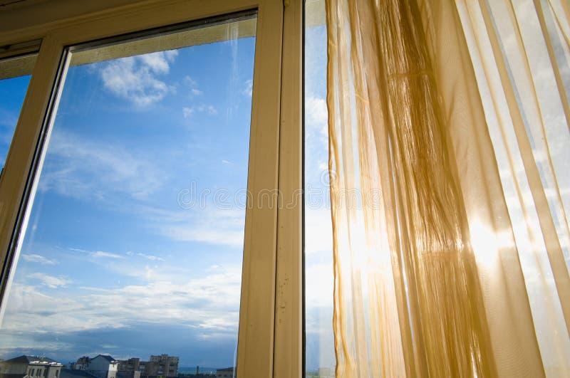 Het huis binnenvenster van zon glanzend throgh gordijnen royalty-vrije stock foto's
