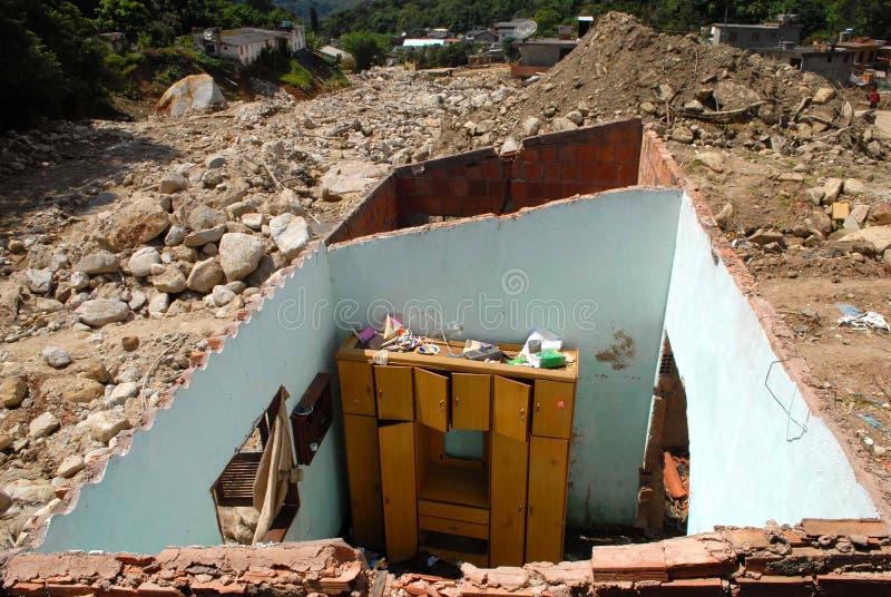 Het huis is dakloos na de grondverschuiving stock afbeeldingen