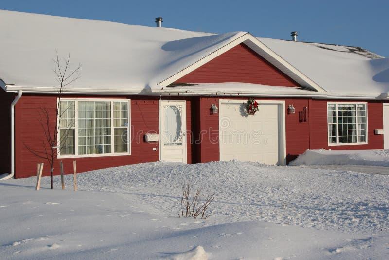 Het Huis in de stad van de winter stock fotografie