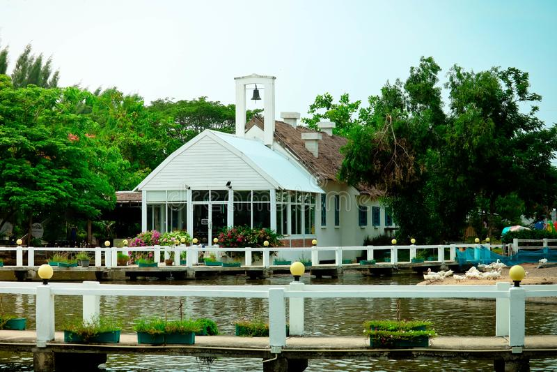 Het huis is dichtbij de rivier royalty-vrije stock afbeelding