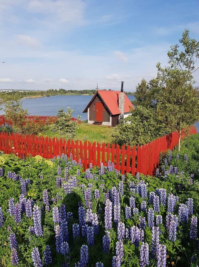 Het huis door het meer royalty-vrije stock afbeelding