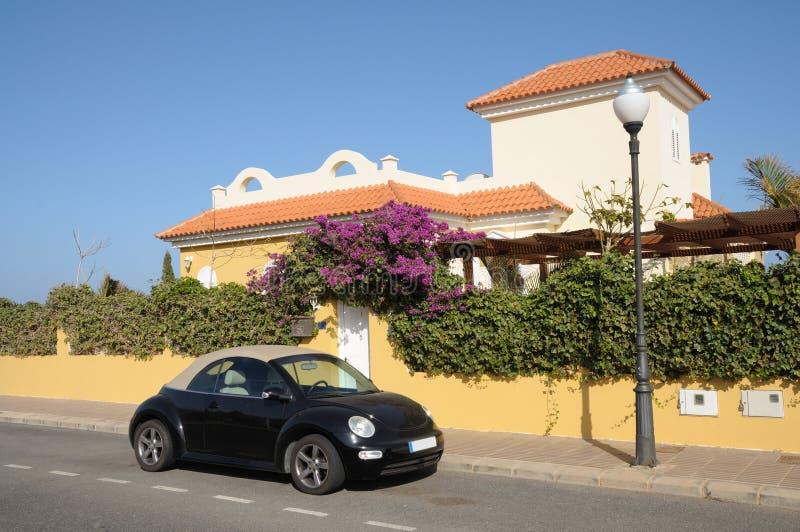 Het huis en de auto van de vakantie stock fotografie