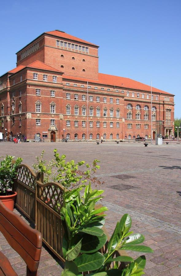Het huis en Rathause Platz van de Opera van Kiel stock afbeeldingen