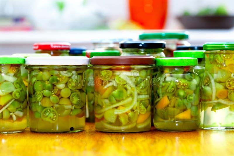 Het huis maakte domeinen - groene tomatensalade stock foto's