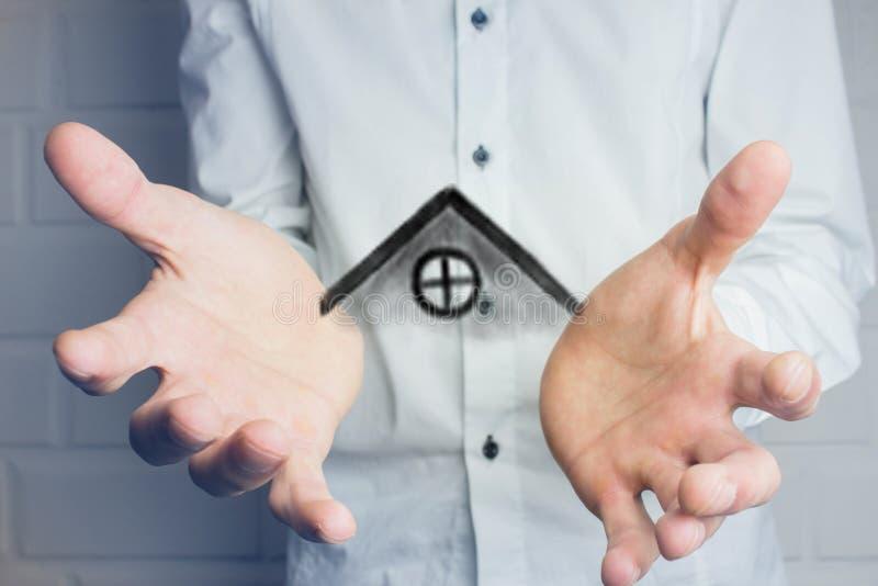 Het huis in menselijke handen? royalty-vrije stock foto