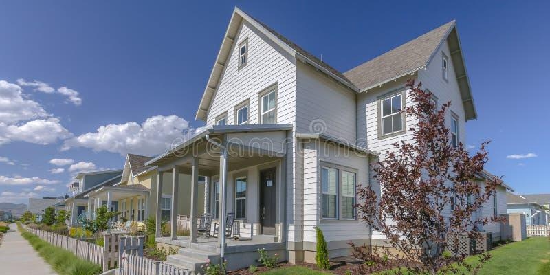 Het huis met portiek en het piket perken Dageraad Utah in stock afbeelding