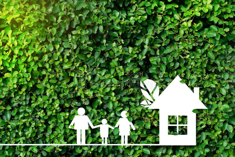 Het huis - natuurlijke groene achtergrond - het concept het globale verwarmen en bespaart geld stock foto's