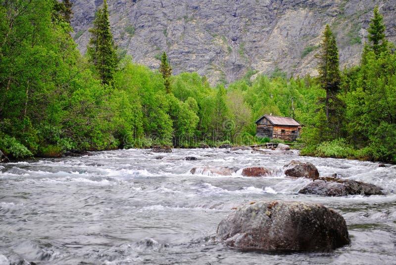Het huis op de bergrivier stock fotografie