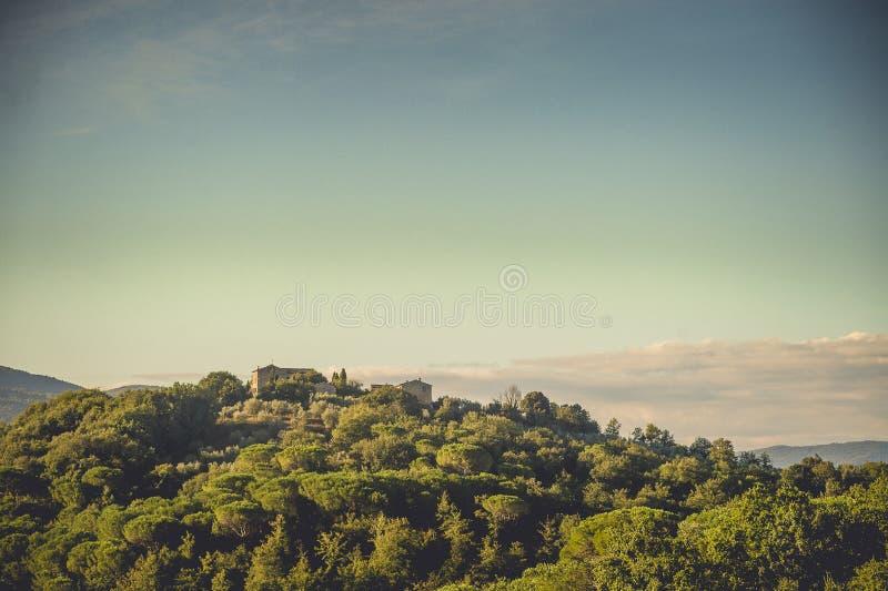 Het huis op de heuvel, Toscanië, Italië stock foto