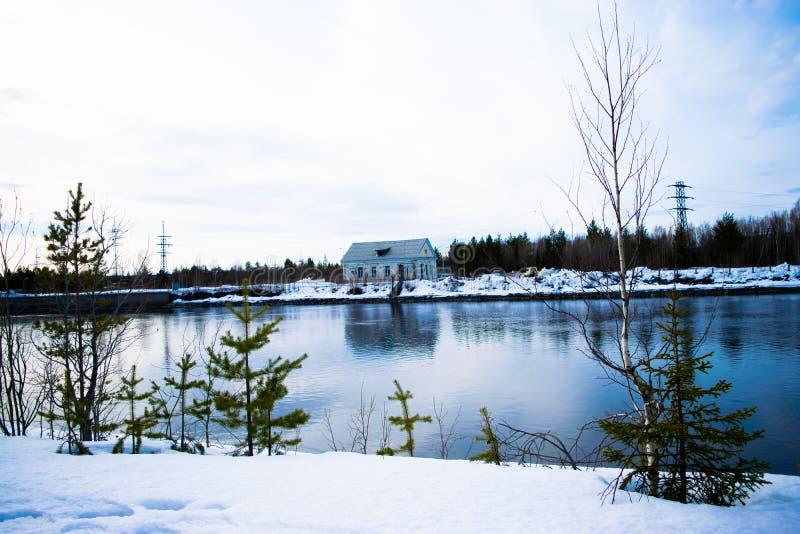 Het huis over de rivier royalty-vrije stock foto's