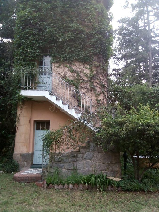 Het huis surronded met bomen royalty-vrije stock foto's