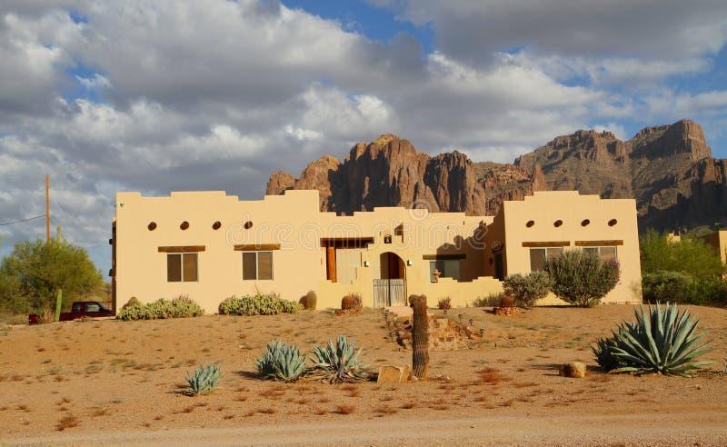 Het huis van de adobe in een woestijn royalty-vrije stock afbeeldingen