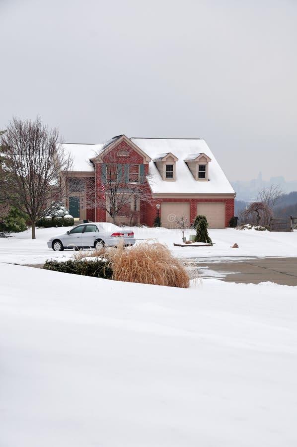 het Huis van de Baksteen van 2 verhaal in de Winter stock afbeeldingen