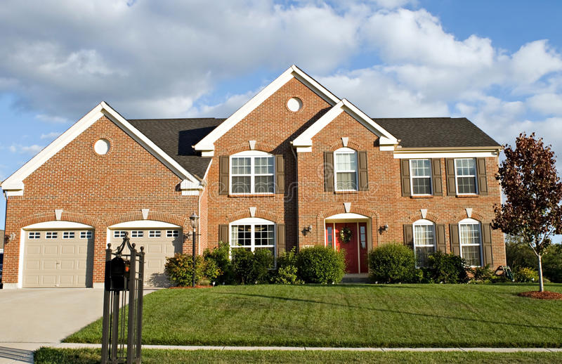 Download Het Huis Van De Baksteen Van Twee Verhaal Stock Foto - Afbeelding bestaande uit landscaping, groot: 10781596