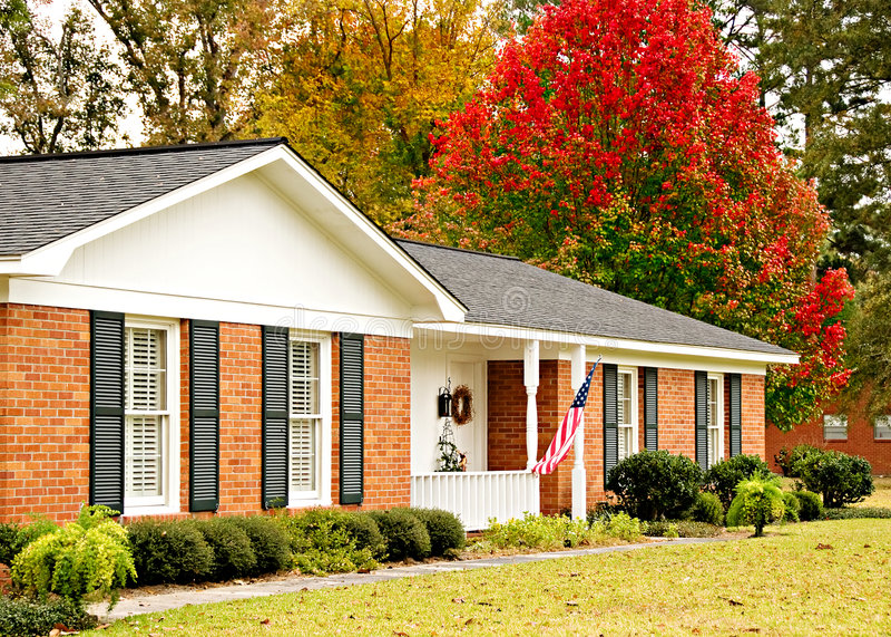 Het Huis van de boerderij in de herfst stock afbeeldingen