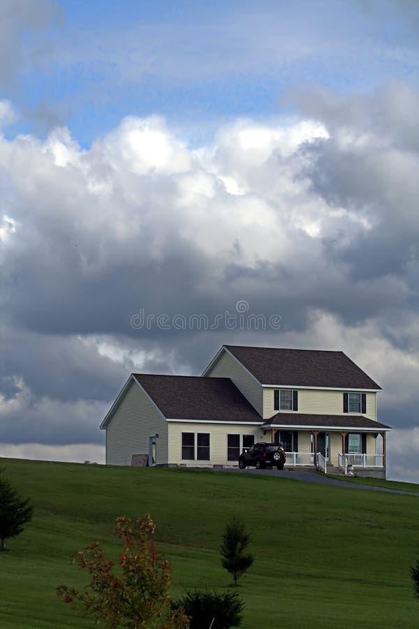Het huis van de droom op de heuvel stock foto