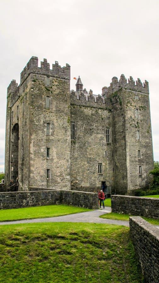 Het huis van de de 15de eeuwtoren van het Bunrattykasteel in Provincie Clare, Ierland royalty-vrije stock afbeelding