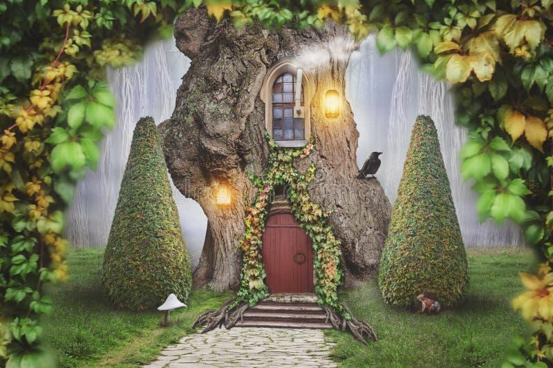 Het huis van de feeboom in fantasiebos royalty-vrije stock fotografie