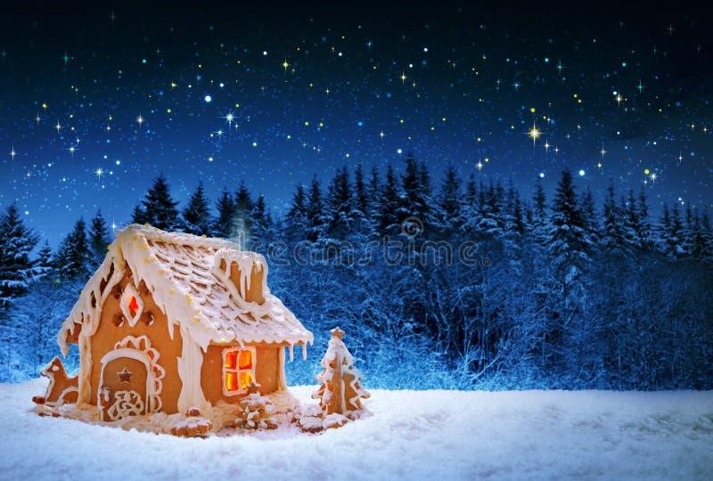 Het huis van de Kerstmispeperkoek en sterrige hemel stock foto's